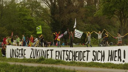 Klimaschutz: Menschenkette mit Banner